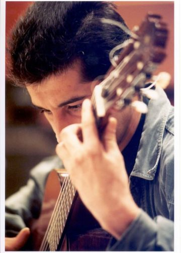 Gitaraya hökm edən adam