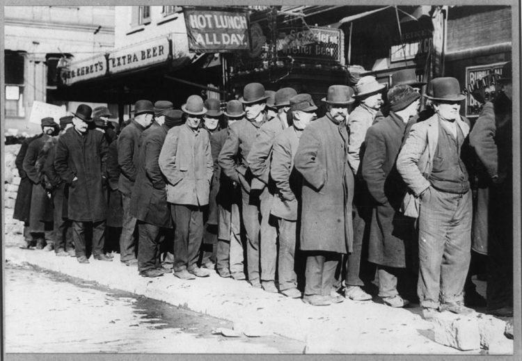 1200px-Bowery_men_waiting_for_bread_in_bread_line,_(New_York_City)_LCCN2005689084