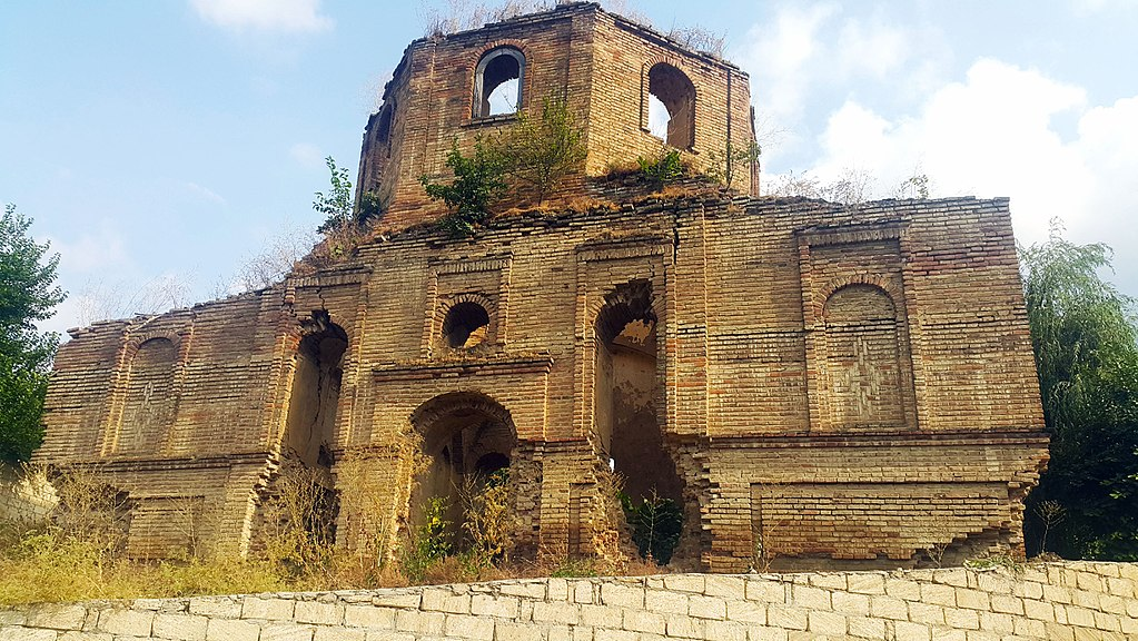 1024px-Kilvar_church,_Shabran,_Azerbaijan_01