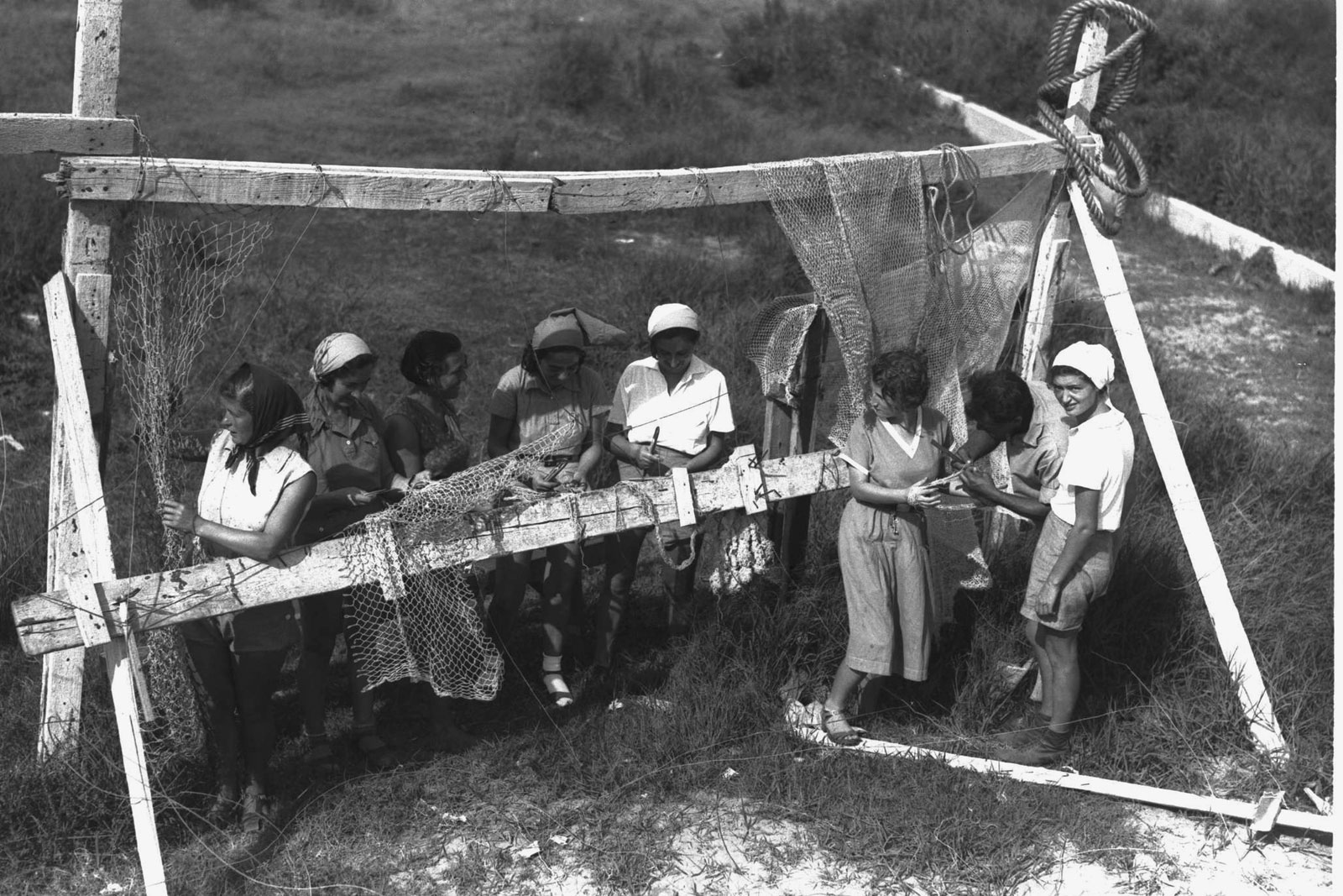 Members-kibbutz-weaving-fishnets-1937