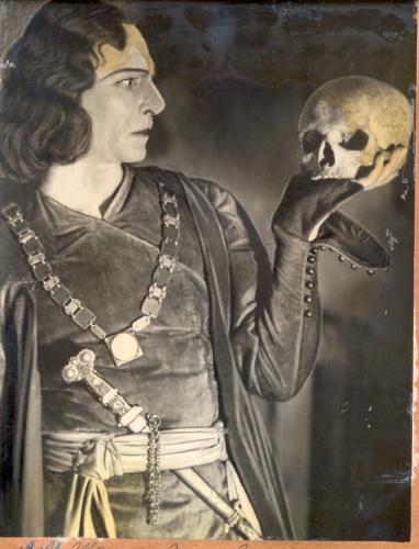 Sharifzade_as_Hamlet